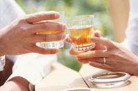 乾杯する男性と女性の手