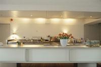 チューリップと金魚が置いてあるキッチン