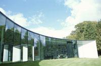 ガラス張りの住宅の外観
