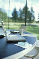 ノートパソコンを置いた丸いミーティングテーブル