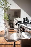 白いイスとデスク上のパソコン 21028003810| 写真素材・ストックフォト・画像・イラスト素材|アマナイメージズ