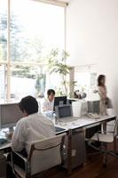 オフィスで働く男性2名と女性