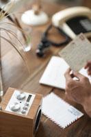 葉書を読む人 植物 スピーカー 電話 21028004070| 写真素材・ストックフォト・画像・イラスト素材|アマナイメージズ