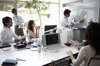 オフィスでミーティングをする男性3名と女性2名