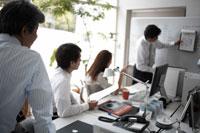オフィスでミーティングをする男性3名と女性