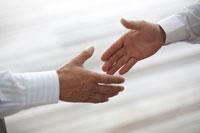 握手をしようとするビジネスマンの手元
