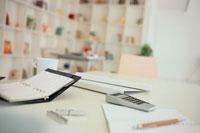 デスクの上の手帳と携帯電話