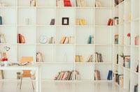 白い本棚に囲まれたSOHO