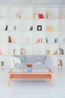 白い本棚のあるリビングルーム