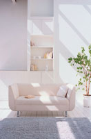 白いソファのあるリビングルーム