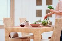サラダを盛りつける女性