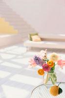 テーブルの上の花とフルーツ