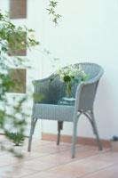 グレーの籐の椅子