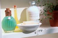 棚の中の石鹸やボトル 21028004892| 写真素材・ストックフォト・画像・イラスト素材|アマナイメージズ