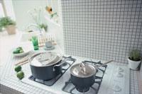 コンロの上の鍋2つ