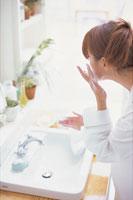 泡を頬に付けて洗顔する女性