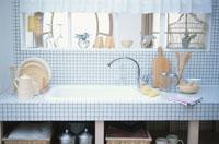カントリー調の白いタイル張りのキッチン