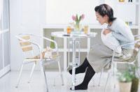 テーブルの猫と女性
