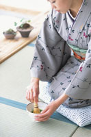 お茶をたてる着物の女性 21028005182| 写真素材・ストックフォト・画像・イラスト素材|アマナイメージズ