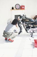 バイクの手入れをする男性