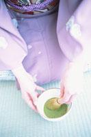 お茶を立てる女性の手元 21028005569| 写真素材・ストックフォト・画像・イラスト素材|アマナイメージズ