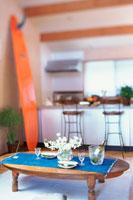 ちゃぶ台とサーフボードのあるキッチン