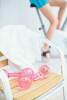 椅子の上のピンクのダンベルとタオル 21028005827| 写真素材・ストックフォト・画像・イラスト素材|アマナイメージズ