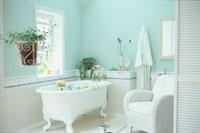白いラタンの椅子のあるバスルーム