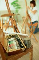 絵の具越しに描く準備をする女性