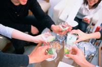 乾杯する人々