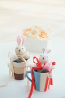 カップに入ったウサギの人形