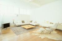 白いソファとテレビのあるリビングルーム 21028005982| 写真素材・ストックフォト・画像・イラスト素材|アマナイメージズ