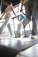 ウォーキングマシーンで歩く中年夫婦の後姿 21028007085B| 写真素材・ストックフォト・画像・イラスト素材|アマナイメージズ