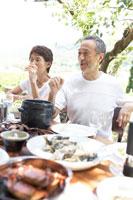 テラスで食事をする夫婦 21028009255D| 写真素材・ストックフォト・画像・イラスト素材|アマナイメージズ