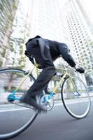 自転車通勤のビジネスマン