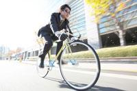 自転車通勤のビジネスマン 21028009643B| 写真素材・ストックフォト・画像・イラスト素材|アマナイメージズ