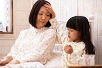 母親の熱を測る子供