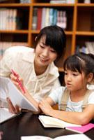 勉強をする女の子と母親