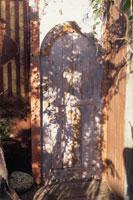 古びた木の扉