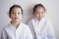 白い襟付きシャツを着た女の子2人