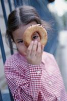 ドーナッツの穴を覗く女の子
