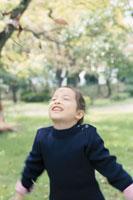 公園で遊ぶハーフの女の子