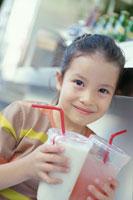 ジューススタンドでジュースを持つ女の子