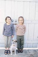 門の前の犬とハーフの女の子2人