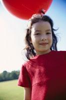 赤いワンピースを着た女の子のアップ