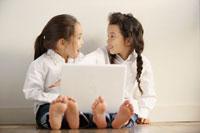 パソコンに向かう日本人女の子2人