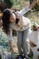 庭にいる女の子と犬