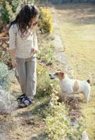 犬を見る少女