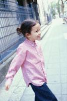 ピンクシャツの少女