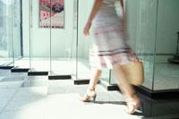 スカートを履いた女性のシルエット